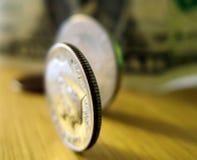 Moneta da dieci centesimi di dollaro che si leva in piedi sul bordo Immagini Stock Libere da Diritti