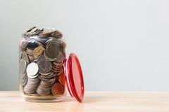 Moneta dei soldi in bottiglia di vetro Fotografia Stock