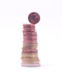 1 moneta del centesimo che cade dalla pila di euro monete Fotografie Stock