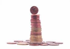 1 moneta del centesimo che sta sopra la pila di euro monete Fotografia Stock Libera da Diritti