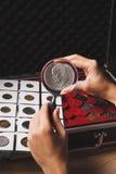 Moneta del dollaro nella mano del ` s della donna tramite la lente d'ingrandimento Fotografia Stock Libera da Diritti