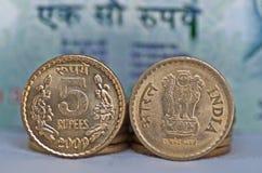 Moneta del primo piano 5 rupie di spazio isolato della copia Immagini Stock Libere da Diritti