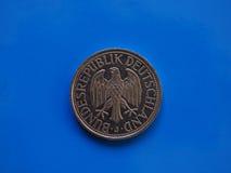 1 moneta del segno, Germania sopra il blu Immagine Stock