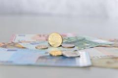 Moneta dell'euro centesimo 50 sulle euro banconote Fotografia Stock