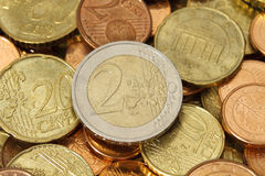 Moneta dell'euro due in cima ad un mucchio di altre euro monete Fotografia Stock