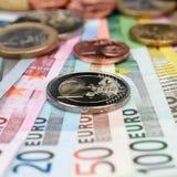 Moneta dell'euro due sulle banconote Fotografia Stock Libera da Diritti