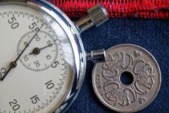 Moneta della Danimarca con una denominazione cinque della corona (corona scandinava) (lato posteriore) e del cronometro su denim  fotografia stock libera da diritti