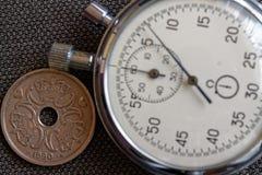 Moneta della Danimarca con una denominazione cinque della corona (corona scandinava) (lato posteriore) e del cronometro sul conte fotografia stock