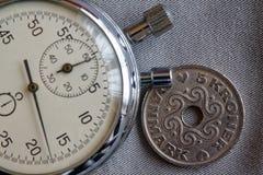 Moneta della Danimarca con una denominazione di una corona e di un cronometro di 5 corone scandinave sul contesto grigio del deni fotografia stock libera da diritti