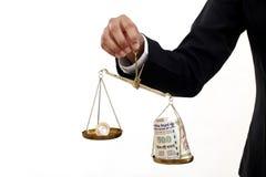 Moneta della rupia e note indiane di valuta nella scala della giustizia Fotografie Stock Libere da Diritti