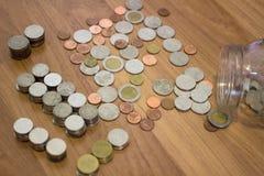 Moneta di baht tailandese dal barattolo di vetro Fotografie Stock Libere da Diritti