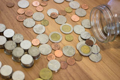 Moneta di baht tailandese dal barattolo di vetro Fotografia Stock Libera da Diritti