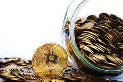 Moneta di Bitcoin BTC circondata dalle monete di oro immagini stock