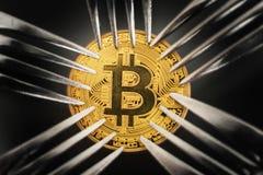 Moneta di Bitcoin con il arround delle forcelle  immagine stock libera da diritti