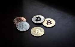 Moneta di Bitcoin, estratto su fondo nero fotografia stock libera da diritti