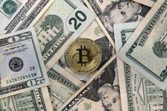 Moneta di Bitcoin sulle banconote in dollari $20 degli Stati Uniti Stati Uniti venti immagine stock libera da diritti