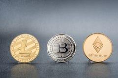 Moneta di Cryptocurrency Lite, Bitcoin d'argento, Ethereum su backgr nero fotografia stock