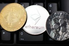 Moneta di Ethereum con l'altro cryptocurrency sulla tastiera immagini stock libere da diritti