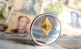 Moneta di Ethereum contro delle banconote differenti Immagini Stock
