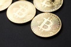 Moneta di oro di Bitcoin e fondo del grafico Fotografia Stock