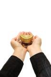Moneta di oro che tiene sopra una mano con i manicotti neri immagine stock libera da diritti