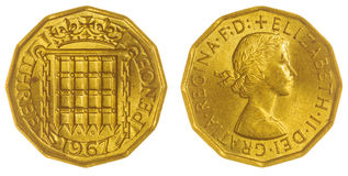 3 moneta di penny 1967 isolata su fondo bianco, Gran Bretagna Fotografia Stock Libera da Diritti