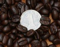 1 moneta di yuan sul chicco di caffè Fotografie Stock