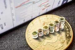 Moneta dorata del bitcoin con i dollari che formano i punti in aumento Fotografie Stock Libere da Diritti