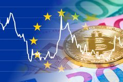 Moneta dorata del bitcoin con le euro banconote ed il cambio Fotografia Stock Libera da Diritti
