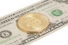 Moneta dorata del bitcoin ed una banconota del dollaro Immagini Stock