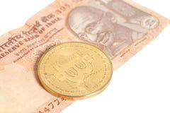 Moneta dorata del bitcoin sull'indiano dieci rupie Immagine Stock Libera da Diritti