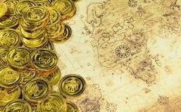 Moneta dorata del pirata e della bussola su una mappa di vecchio mondo Immagine Stock