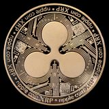 Moneta dorata dell'ondulazione XRP isolata su fondo nero fotografia stock libera da diritti