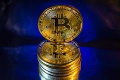 Moneta dorata fisica del bitcoin di Cryptocurrency su fondo variopinto Fotografie Stock Libere da Diritti