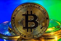 Moneta dorata fisica del bitcoin di Cryptocurrency sul backgrou variopinto Immagini Stock