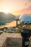 Moneta Działał Obuocznego widza w Kotor przyglądającym miasto i zatoka przy zmierzchu czasem w Montenegro out zdjęcie stock