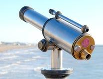 Moneta działający teleskop morzem fotografia stock