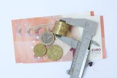 Moneta euro di misurazione Euro moneta in un verniero Fotografie Stock Libere da Diritti