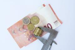 Moneta euro di misurazione Euro moneta in un verniero Immagine Stock