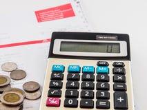 Moneta i kalkulator na rachunku Zdjęcie Stock