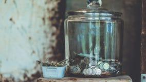 Moneta raccoglibile in bottiglia di vetro immagine stock libera da diritti