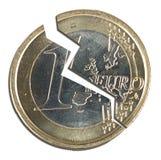 Moneta rotta della zona euro sopra bianco, spaccatura Immagini Stock Libere da Diritti