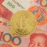 Moneta sulle fatture cinesi di yuan - valuta cripto di Bitcoin nel concetto della porcellana Immagini Stock Libere da Diritti