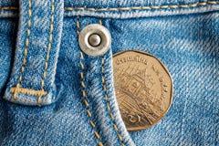 Moneta tailandese con una denominazione della baht cinque nella tasca dei jeans blu-chiaro consumati del denim fotografie stock libere da diritti