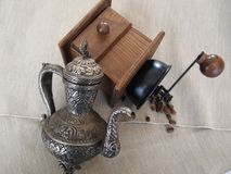 Moneta-vaso e macinacaffè del metallo con i chicchi di caffè Fotografia Stock