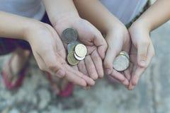 Moneta w dziecko ręce Biznes Zdjęcia Royalty Free