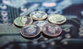 Monetarny Ethereum złoto, monety i defocused pr, srebne i miedziane fotografia royalty free
