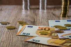 Monete accatastate su euro fondo fotografie stock