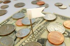 Monete americane del quarto, della moneta da dieci centesimi di dollaro e del penny sui dollari S.U.A. con il fondo bianco della  fotografia stock