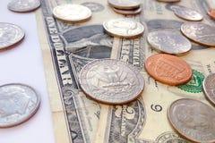 Monete americane del quarto, della moneta da dieci centesimi di dollaro e del penny sul fondo degli S.U.A. dei dollari immagine stock libera da diritti